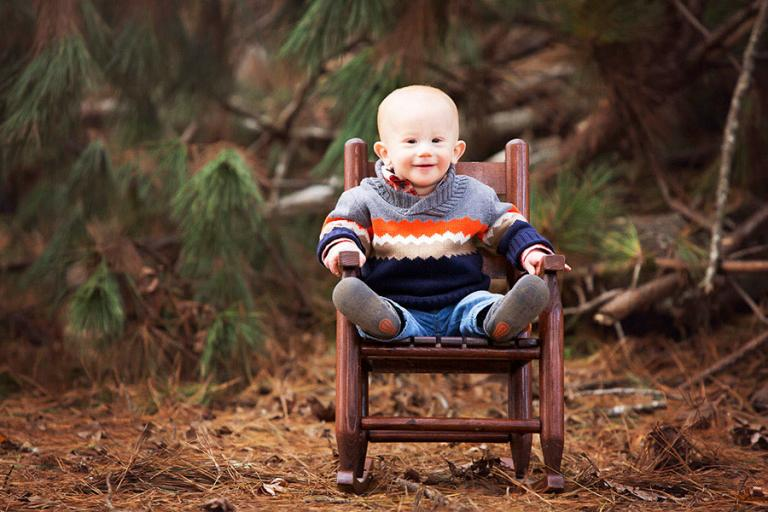 Bremen baby photographer, boy with pines in a rocking chair