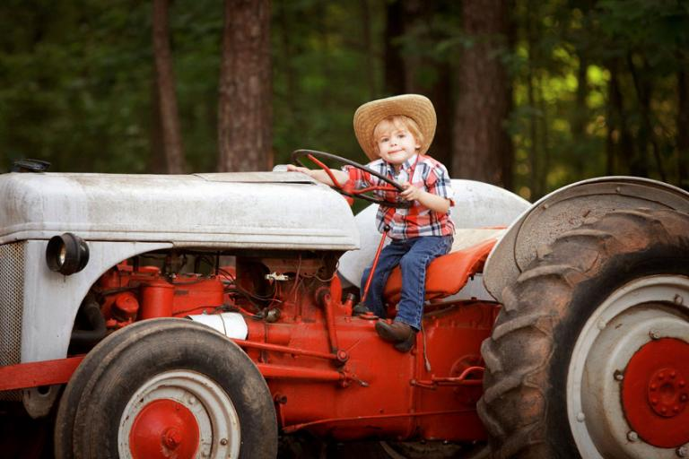 Bremen children's photographer, small child on a tractor