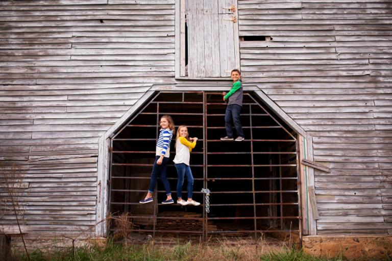 Atlanta family photographer, kids climbing on old barn